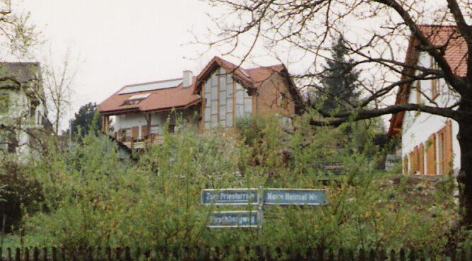 Haus des Architekten von Weitem. Dort befinden sich die Büroräume im Dachgeschoss.